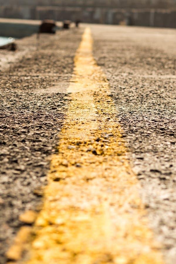 Χαρακτηρίζοντας χωρίζοντας τον κίτρινο δρόμο λωρίδων, ετικέτα που επεκτείνει τη μακρινή κινηματογράφηση σε πρώτο πλάνο Προοπτικής στοκ εικόνα με δικαίωμα ελεύθερης χρήσης