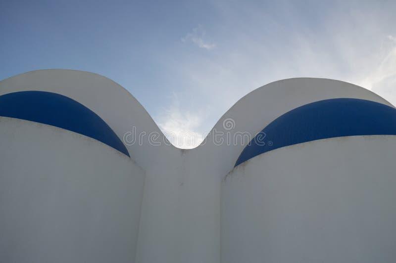 Χαρακτηριστικά ασπρισμένα σπίτια με τις μπλε στέγες σε Fira, Santorini, Γ στοκ εικόνα με δικαίωμα ελεύθερης χρήσης