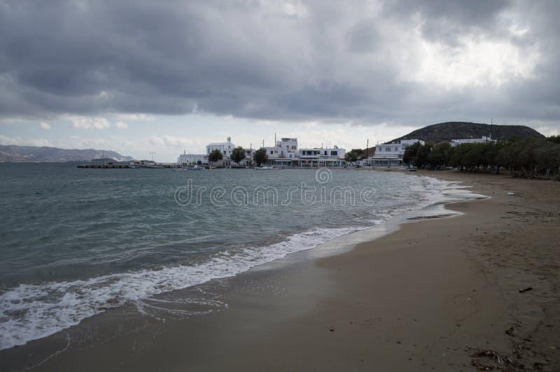 Χαρακτηριστικά ασπρισμένα σπίτια στον κόλπο Pollonia, Μήλος, Ελλάδα στοκ φωτογραφίες με δικαίωμα ελεύθερης χρήσης