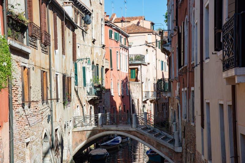 Χαρακτηριστικά ενετικά κτήρια με το κανάλι και τη γέφυρα στη Βενετία, Ιταλία στοκ φωτογραφία