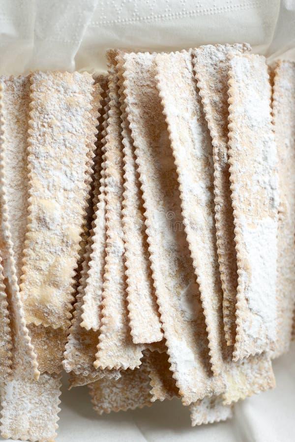 Χαρακτηριστικά ιταλικά γλυκά καρναβαλιού με τη ζάχαρη τήξης στοκ εικόνες