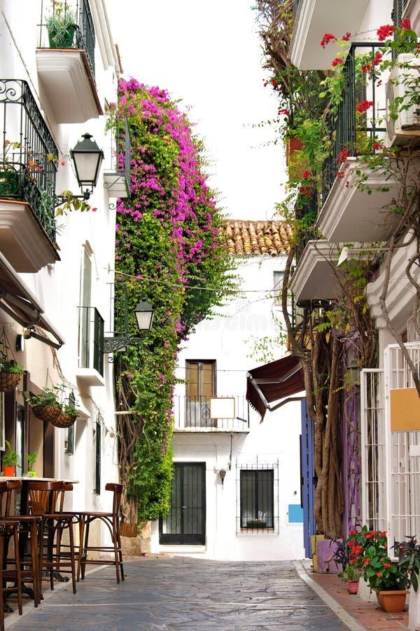 Χαρακτηριστικά παλαιά ασπρισμένα χωριό σπίτια και καταστήματα της Ανδαλουσίας Ισπανία Marbella στοκ φωτογραφία με δικαίωμα ελεύθερης χρήσης