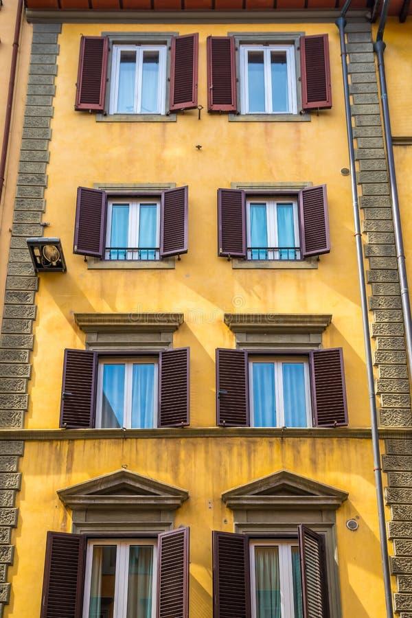 Χαρακτηριστικά παράθυρα της αρχιτεκτονικής της Φλωρεντίας στο μνημειακό κτήριο στοκ φωτογραφίες