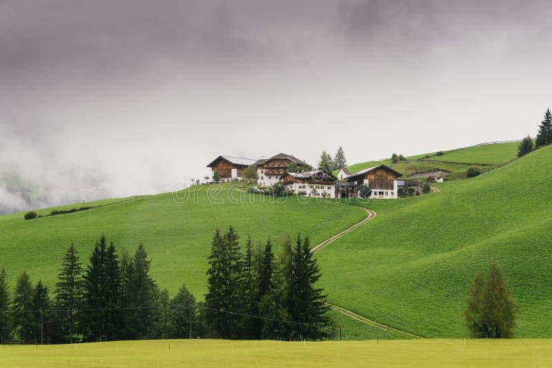 Χαρακτηριστικά σπίτια βουνών σε έναν λόφο σε Alto Adige/το νότιο Τύρολο, Ιταλία στοκ φωτογραφία