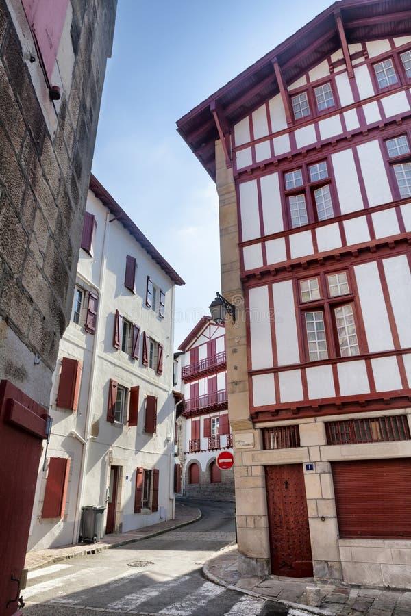 Χαρακτηριστικά σπίτια σε Άγιο Jean de Luz στο Pays Basque, Γαλλία στοκ φωτογραφία με δικαίωμα ελεύθερης χρήσης