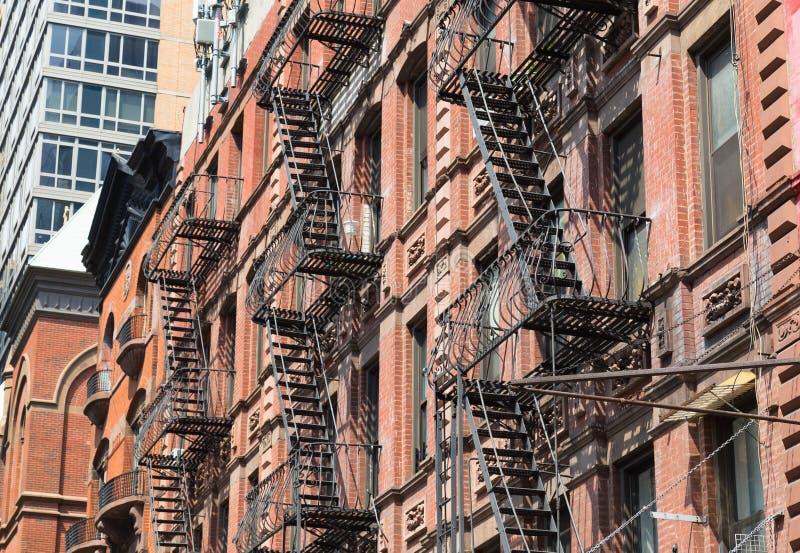 Χαρακτηριστικές έξοδοι κινδύνου στην πόλη της Νέας Υόρκης στοκ φωτογραφίες με δικαίωμα ελεύθερης χρήσης