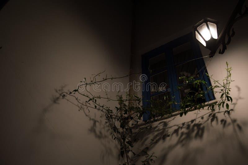 Χαρακτηριστικές ασπρισμένες σπίτια και αλέα στη Πλάκα τη νύχτα, Μήλος, Γ στοκ εικόνα
