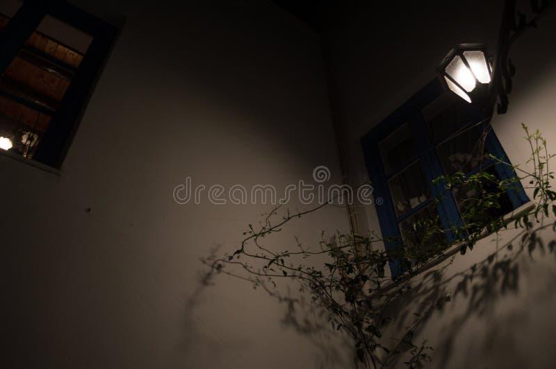 Χαρακτηριστικές ασπρισμένες σπίτια και αλέα στη Πλάκα τη νύχτα, Μήλος, Γ στοκ εικόνες