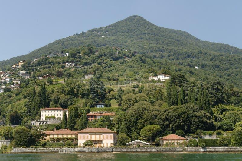 Χαρακτηριστικές ιταλικές βίλες που βλέπουν από τη λίμνη Como, Ιταλία στοκ φωτογραφία