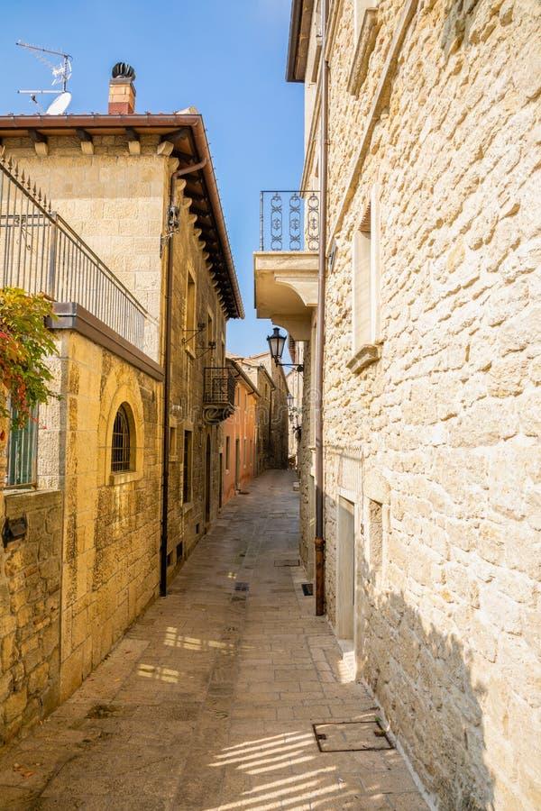 Χαρακτηριστικές όμορφες παλαιές μικρές οδοί του Άγιου Μαρίνου στοκ φωτογραφία με δικαίωμα ελεύθερης χρήσης