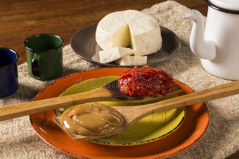 Χαρακτηριστική βραζιλιάνα ειδικότητα: κόλλα γκοϋαβών με το άσπρο τυρί, γεωμετρικοί τόποι στοκ εικόνες