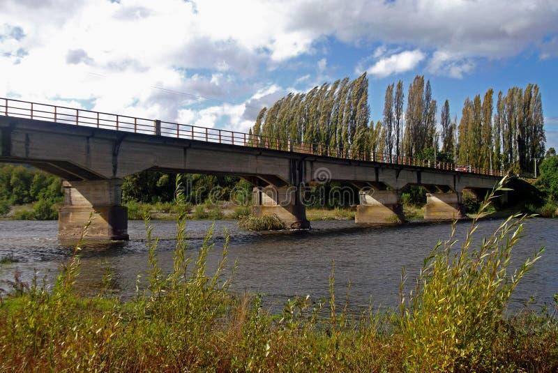 Χαρακτηριστική γέφυρα αυτοκινήτων πέρα από έναν ποταμό στη Χιλή στοκ εικόνες