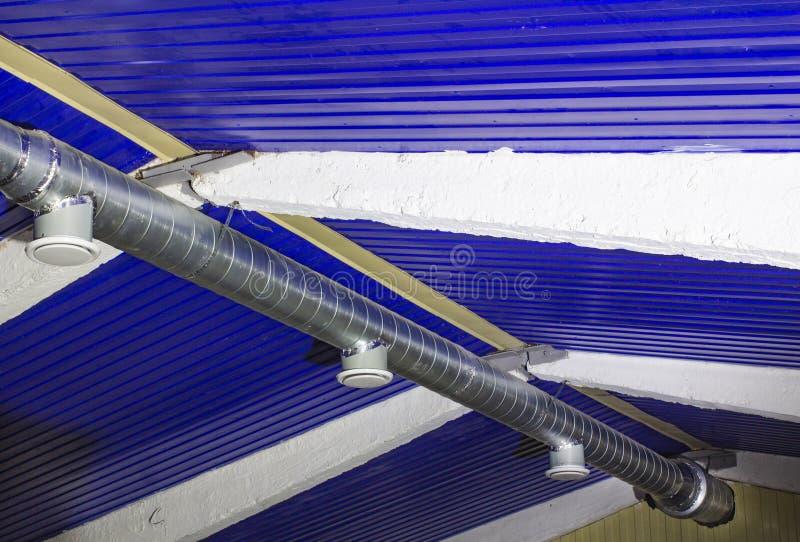 Χαρακτηριστική διέξοδος εξόδου και κεντρικός αγωγός εξαερισμού Ένας στρογγυλός γαλβανισμένος αγωγός χάλυβα που συνδέει με έναν χα στοκ φωτογραφίες με δικαίωμα ελεύθερης χρήσης