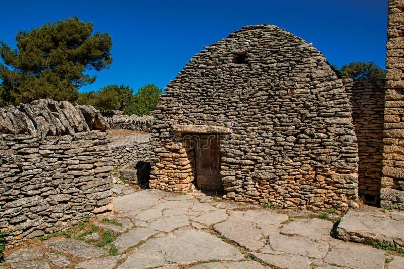 Χαρακτηριστική καλύβα φιαγμένη από πέτρα με τον ηλιόλουστο μπλε ουρανό, στο χωριό Bories, κοντά σε Gordes στοκ εικόνα με δικαίωμα ελεύθερης χρήσης