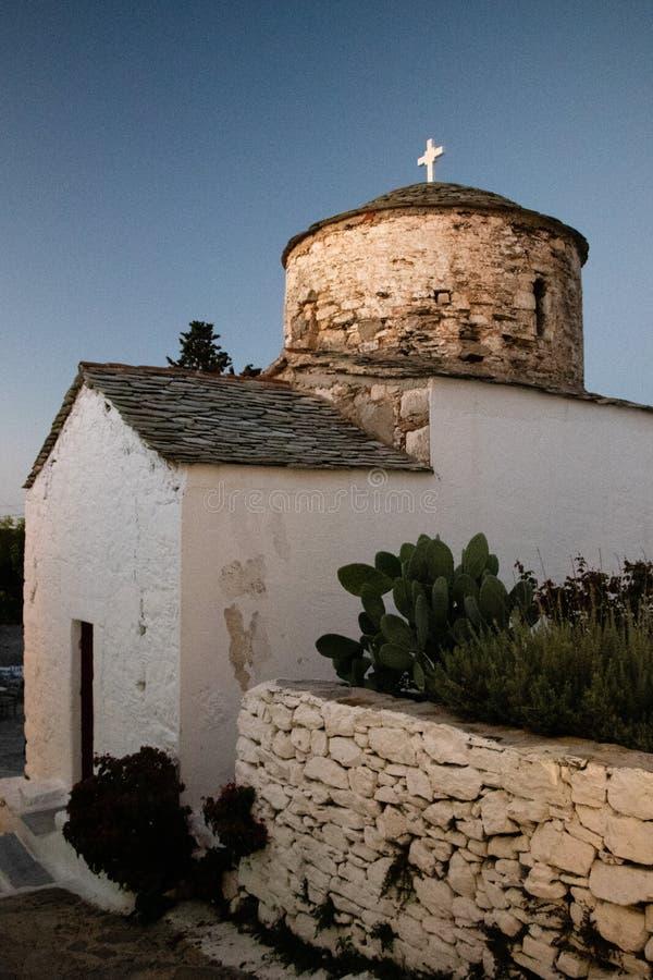 Χαρακτηριστική παλαιά εκκλησία σε μια μικρή ελληνική πόλη Chora στην Ελλάδα το καλοκαίρι, μέρος νησιών της Αλοννήσου του Βορρά Sp στοκ εικόνες