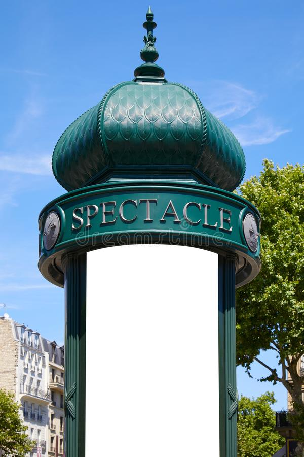 Χαρακτηριστική πράσινη στήλη διαφήμισης ή στήλη Morris με το κενό διάστημα στο Παρίσι σε μια ηλιόλουστη ημέρα στη Γαλλία στοκ φωτογραφίες