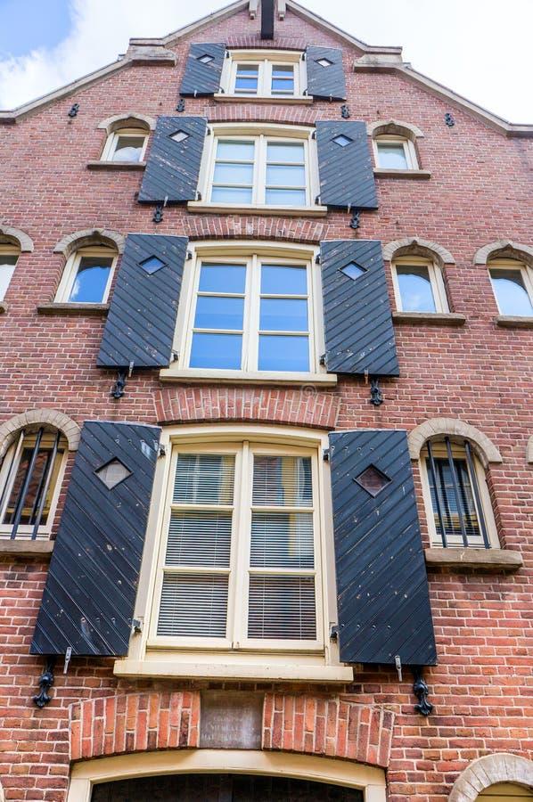 Χαρακτηριστική πρόσοψη ενός παλαιού ολλανδικού σπιτιού τούβλου στοκ φωτογραφίες με δικαίωμα ελεύθερης χρήσης