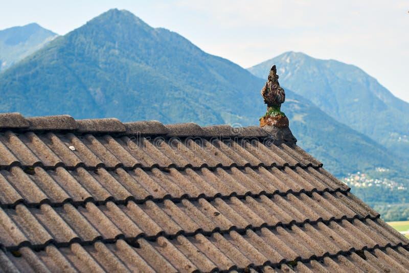 Χαρακτηριστική στέγη ενός παραδοσιακού αγροτικού ελβετικού σπιτιού στοκ φωτογραφίες με δικαίωμα ελεύθερης χρήσης