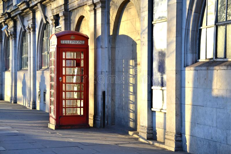 Χαρακτηριστικός αγγλικός κόκκινος τηλεφωνικός θάλαμος στοκ φωτογραφία