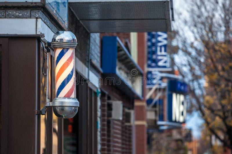 Χαρακτηριστικός αμερικανικός πόλος κουρέων που βλέπει μπροστά από ένα κατάστημα κουρέων του Μόντρεαλ, Καναδάς στοκ φωτογραφία με δικαίωμα ελεύθερης χρήσης