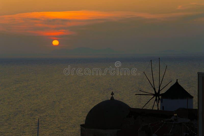 Χαρακτηριστικός ανεμόμυλος σε Santorini στοκ εικόνα με δικαίωμα ελεύθερης χρήσης