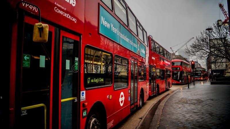 Χαρακτηριστικός για το Λονδίνο - κόκκινο λεωφορείο στοκ εικόνες