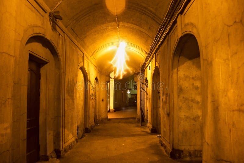 Χαρακτηριστικός διάδρομος στο ηλικίας προαύλιο στην παλαιά περιοχή Αγίου Πετρούπολη πρώην Λένινγκραντ τη νύχτα στοκ εικόνες