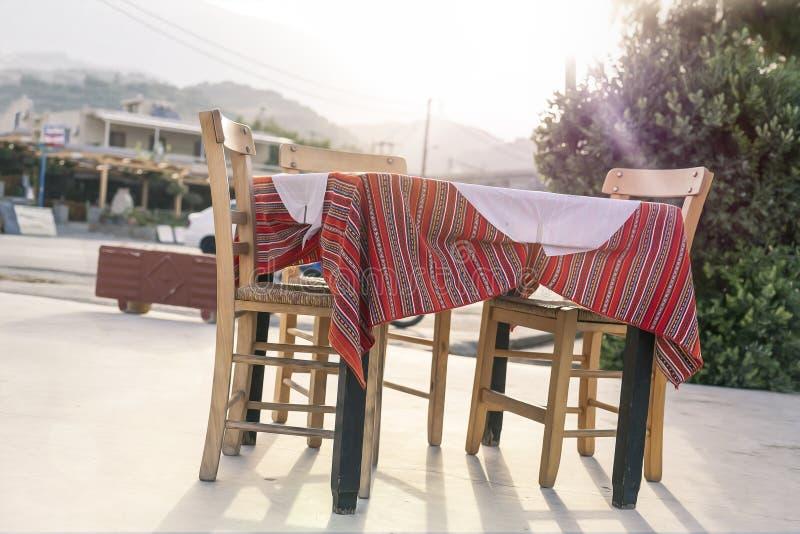 Χαρακτηριστικός ελληνικός πίνακας εστιατορίων στοκ φωτογραφίες