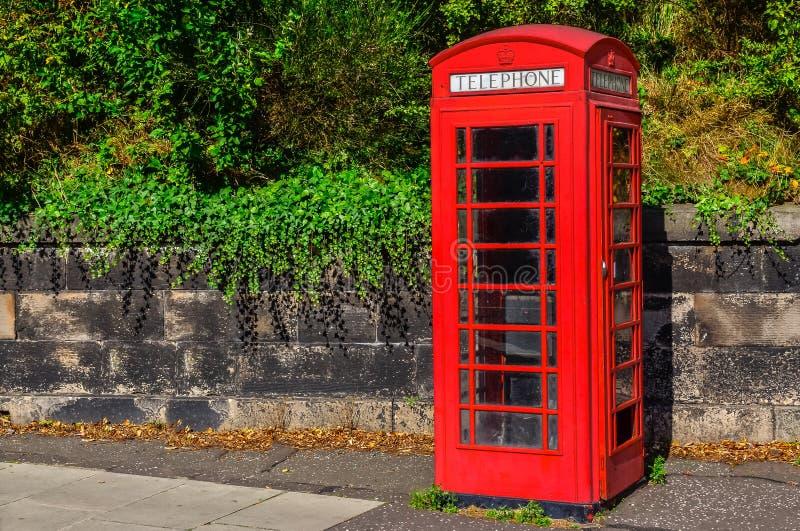 Χαρακτηριστικός κόκκινος αγγλικός τηλεφωνικός θάλαμος στο πάρκο στοκ φωτογραφία