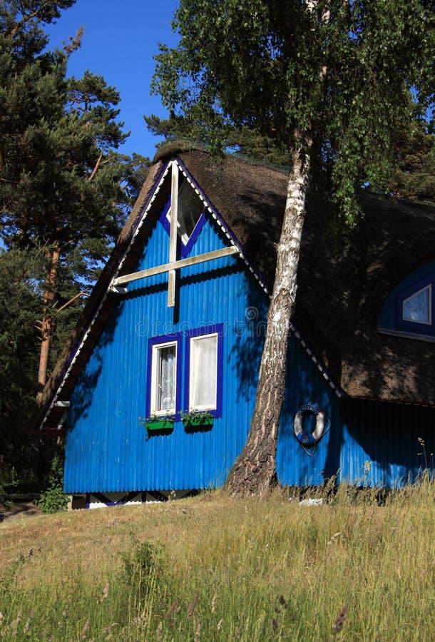 χαρακτηριστικός ξύλινος της Λιθουανίας klaipeda εξοχικών σπιτιών στοκ φωτογραφία