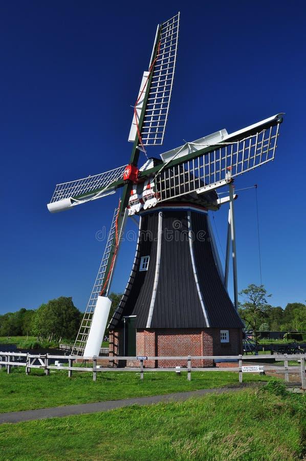 Χαρακτηριστικός ολλανδικός ανεμόμυλος ενάντια σε έναν μπλε ουρανό, Ολλανδία στοκ φωτογραφία με δικαίωμα ελεύθερης χρήσης