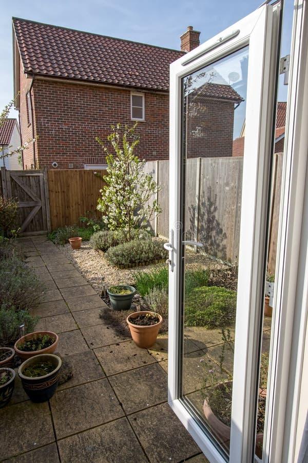 Χαρακτηριστικός προαστιακός πίσω κήπος από τη βρετανική κατοικήσιμη περιοχή στοκ φωτογραφίες με δικαίωμα ελεύθερης χρήσης