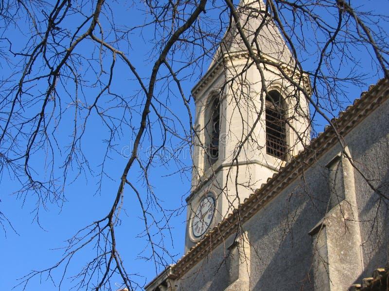 Χαρακτηριστικός πύργος κουδουνιών μιας εκκλησίας με ένα ρολόι στην Προβηγκία στη Γαλλία στοκ εικόνες