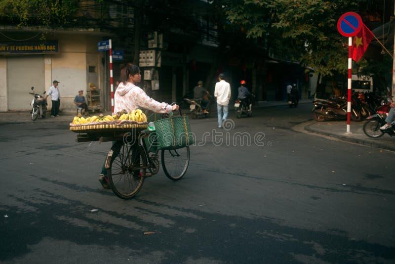 Χαρακτηριστικός πλανόδιος πωλητής στο Ανόι, Βιετνάμ στοκ φωτογραφία