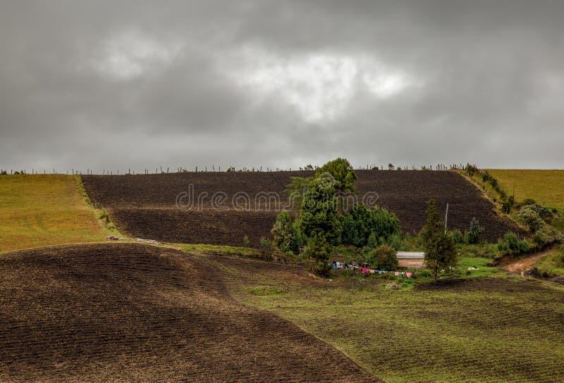 Χαρακτηριστικό αγροτικό σπίτι με μερικά ενδύματα που ξεραίνουν έξω στοκ εικόνες