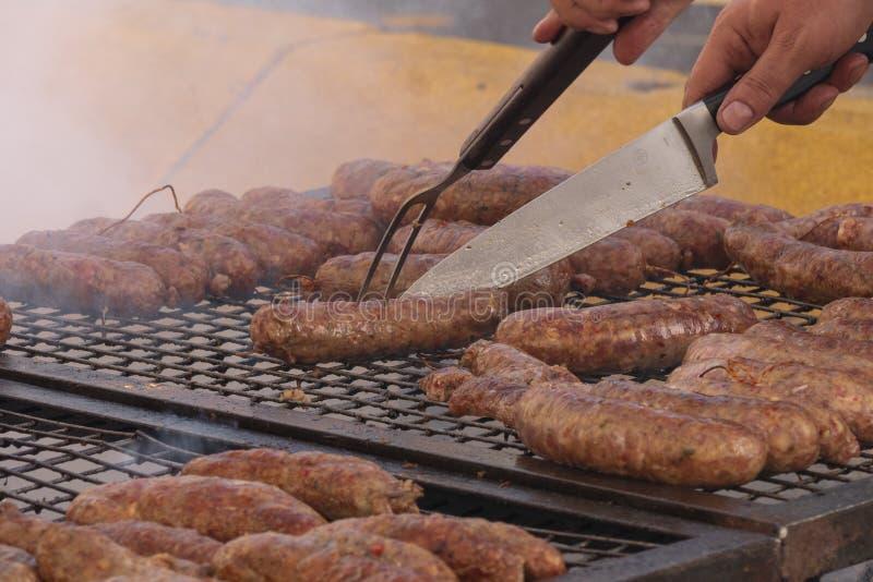 Χαρακτηριστικό αργεντινό chorizo που ψήνεται στη σχάρα στην οδό Αργεντινό κρέας στοκ φωτογραφίες