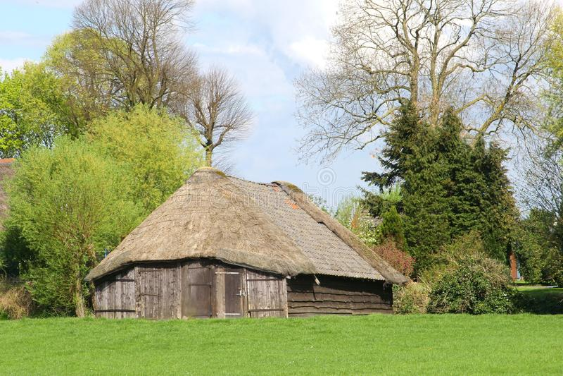 Χαρακτηριστικό αρχαίο sheepfold στο ολλανδικό πόλντερ στοκ εικόνες