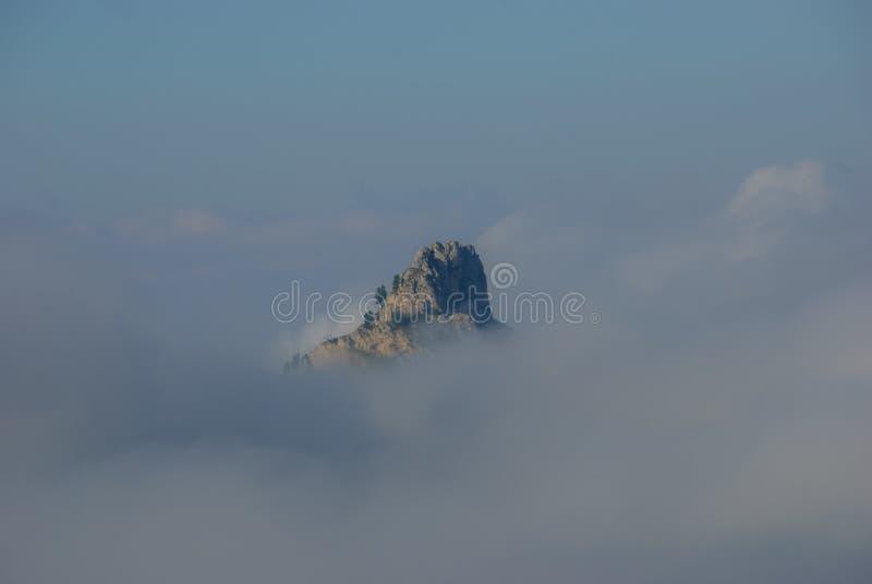 Χαρακτηριστικό βουνό στα σύννεφα στοκ εικόνες