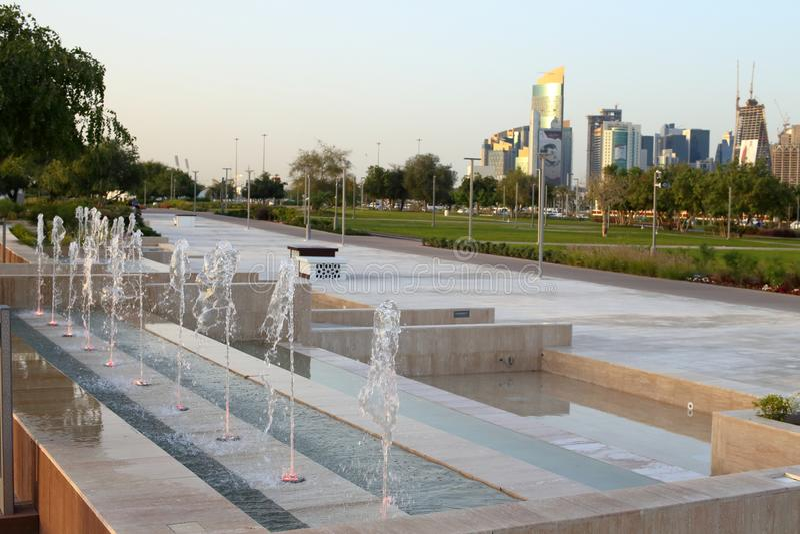 Χαρακτηριστικό γνώρισμα πηγών στο πάρκο Bidda, Doha στοκ εικόνα