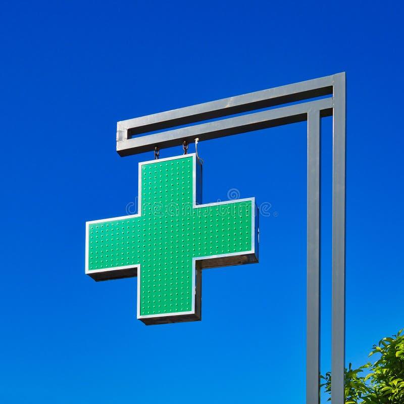 Χαρακτηριστικό ελληνικό πράσινο σημάδι του σταυρού φαρμακείων, Αθήνα, Ελλάδα στοκ φωτογραφία με δικαίωμα ελεύθερης χρήσης