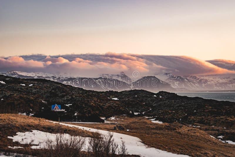 Χαρακτηριστικό ισλανδικό τοπίο βουνών ηλιοβασιλέματος ανατολής στην περιοχή Arnarstapi στη χερσόνησο Snaefellsnes στην Ισλανδία στοκ εικόνες