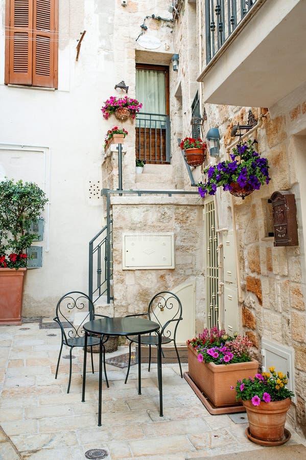 Χαρακτηριστικό κτήριο σε Polignano μια φοράδα, Apulia, Ιταλία στοκ εικόνες
