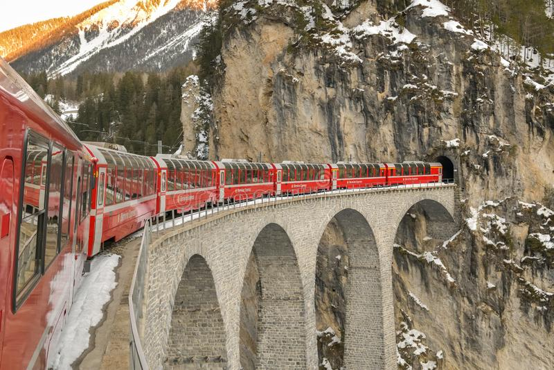 Χαρακτηριστικό κόκκινο σαφές τραίνο Bernina που οδηγά στη διάσημη οδογέφυρα Landwasser στοκ φωτογραφία με δικαίωμα ελεύθερης χρήσης