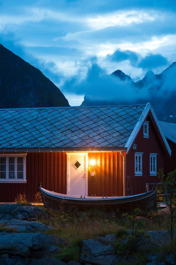 Χαρακτηριστικό κόκκινο rorbu της Νορβηγίας με το αλιευτικό σκάφος στοκ εικόνες με δικαίωμα ελεύθερης χρήσης