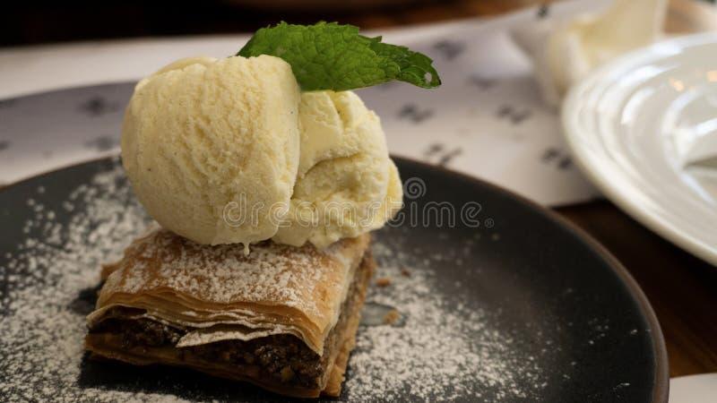 Χαρακτηριστικό λιβανέζικο baklava κέικ με το παγωτό βανίλιας στοκ φωτογραφίες