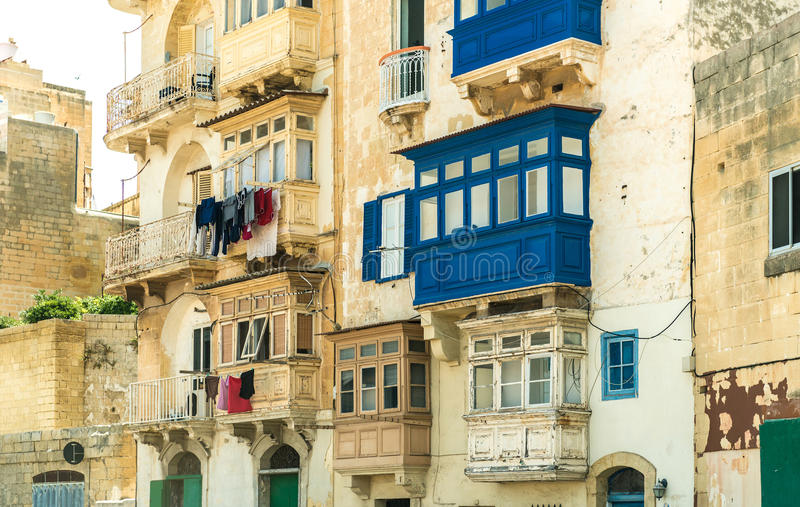 Download Χαρακτηριστικό μπαλκόνι στη Μάλτα Στοκ Εικόνα - εικόνα από πόλη, λείψανο: 62701247