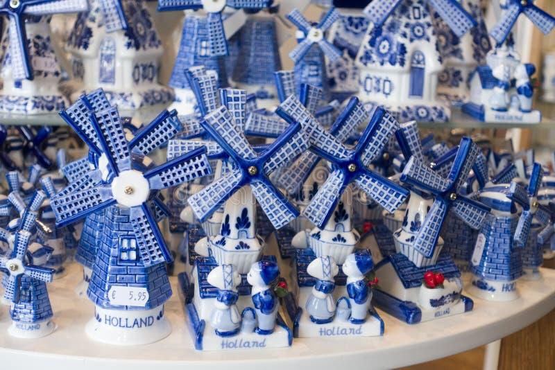 Χαρακτηριστικό μπλε του Ντελφτ σε ένα κατάστημα αναμνηστικών στοκ φωτογραφία με δικαίωμα ελεύθερης χρήσης
