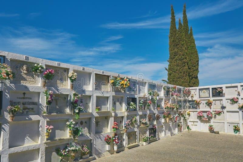 Χαρακτηριστικό νεκροταφείο στο ισπανικό χωριό Montras σε μια ηλιόλουστη ημέρα 10 03 2019 Ισπανία στοκ εικόνες με δικαίωμα ελεύθερης χρήσης