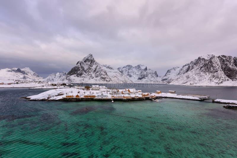 Χαρακτηριστικό νορβηγικό τοπίο Όμορφη άποψη του φυσικού χειμερινού τοπίου νησιών Lofoten με το παραδοσιακό κίτρινο αμάξι Rorbuer  στοκ εικόνα