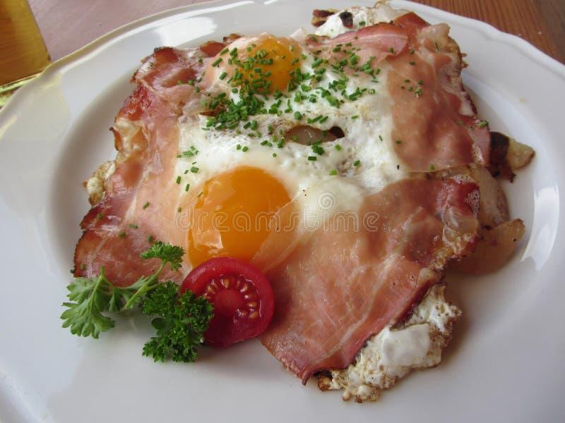 Χαρακτηριστικό νότιο τυρολέζικο πιάτο με speck, τα τηγανισμένα αυγά, τις πατάτες και το φρέσκο κρεμμύδι επάνω από την όψη στοκ φωτογραφία με δικαίωμα ελεύθερης χρήσης